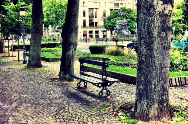 A parc bench in the city